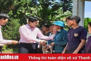 Công đoàn cơ sở NHCSXH Thanh Hóa trao quà cho người dân bị thiệt hại do mưa lũ tại Mường Lát.