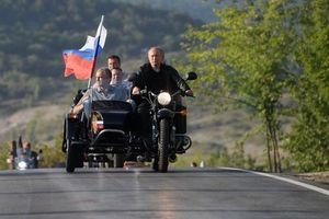 Tổng thống Putin trổ tài lái xít đờ ca trong lễ hội bóng đêm