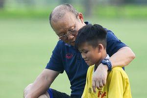 Thầy Park 'xem giò' cầu thủ nhí trong buổi tập của U23 Việt Nam