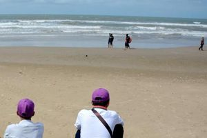 Đã tìm thấy thi thể hai du khách tắm biển bị sóng cuốn mất tích