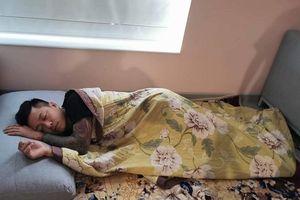 Người hâm mộ bất ngờ hình ảnh Tuấn Hưng nằm đất chăm vợ sinh con