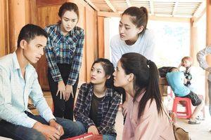 Hoa hậu Lương Thùy Linh đến thăm người dân vùng lũ