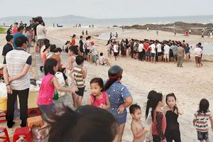 Tăng cường trực cứu hộ, không để khách tắm khi thời tiết xấu ở biển Bình Thuận