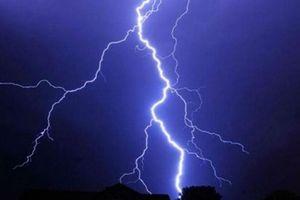 Trú mưa dưới ô, ba người trong gia đình bị sét đánh tử vong