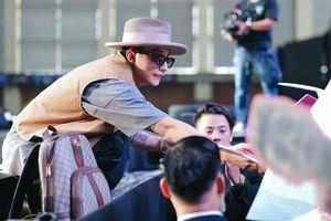 Fan nữ dắt mẹ đến show diễn để xin kết hôn cùng Sơn Tùng