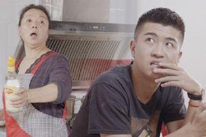 Chơi điện thoại mãi cũng chán, con trai muốn giúp mẹ làm bếp và cái kết