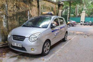 Hà Nội phạt 9 triệu, tước GPLX taxi 'dù' chặt chém khách du lịch