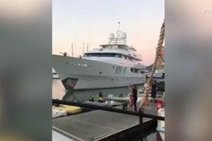 Siêu du thuyền trị giá hàng triệu USD đâm thẳng vào bến tàu
