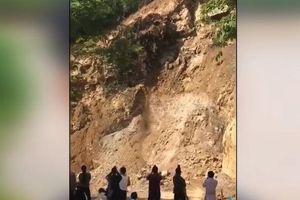 Clip: Đứng xem lở núi, gần chục người suýt bị đá đè chết
