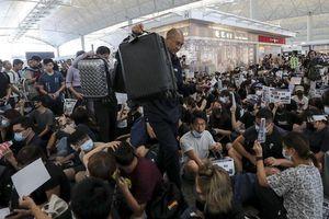 Hong Kong: Phẫn nộ, khóc khi không được bay vì biểu tình lớn