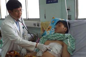 Chàng trai thủng dạ dày, gan, màng tim vì nuốt tăm dài 8 cm