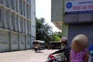 Hà Nội: Nam thanh niên rơi từ tầng 9 ký túc xá xuống sân bê tông