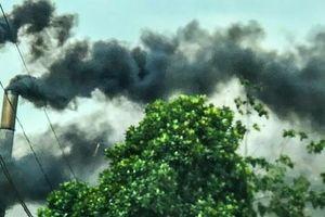 CLIP: Nhả khói đen kịt bầu trời Thủ Dầu Một