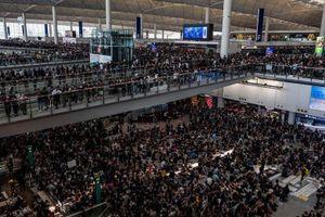 Người biểu tình làm tê liệt sân bay ở trung tâm tài chính châu Á