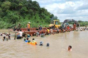 Trăm người dầm mình 'vá' đê 300 tỷ cứu nghìn hecta lúa ở Đắk Lắk