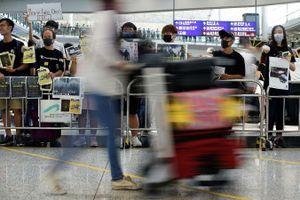 Hàng trăm người biểu tình Hong Kong lại tụ tập ở sân bay