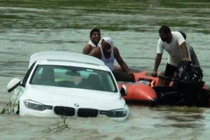 Giận dỗi vì không được mua Jaguar, thanh niên 18 tuổi đẩy BMW xuống sông không thương tiếc