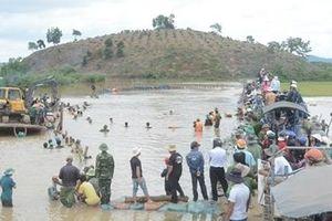 Công an, Bộ đội và người dân dầm mình trong nước vá đê cứu lúa