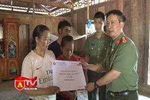 Báo ANTĐ tặng quà thân nhân gia đình Trưởng công an xã Nhi Sơn, Thao Văn Súa