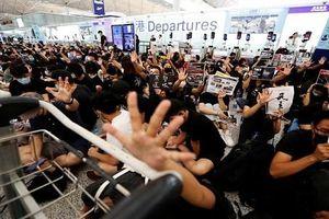 Toàn cảnh sân bay Hong Kong 'thất thủ' ngày thứ hai vì biểu tình