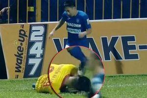 Tiền vệ Than Quảng Ninh nhận án phạt nặng vì giẫm lên đầu đối thủ