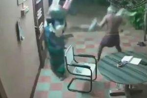Cặp vợ chồng U70 hùng hổ ra đòn, toán trộm ôm dao chạy 'mất dép'