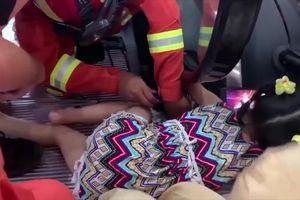 Giải cứu bé gái 5 tuổi bị thành vịn thang cuốn hút và mắc kẹt