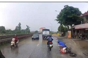 Thiếu quan sát, xe máy ngã trước đầu xe tải và cú đạp phanh kịp thời