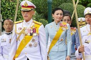 Hoàng hậu Thái Lan xuất hiện rạng rỡ bên cạnh Quốc vương vào ngày quốc lễ, được mẹ chồng nắm tay tình cảm trong khi vợ lẽ mất hút khó hiểu