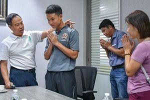 Cầu thủ đánh nhau dẫn bố mẹ lên xin lỗi chủ tịch LĐBĐ Thái Lan