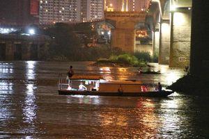 Trắng đêm tìm vớt nữ sinh nhảy cầu Vĩnh Tuy