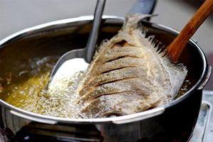 Trước khi rán, ướp với nguyên liệu này đảm bảo cá giòn, không sát chảo