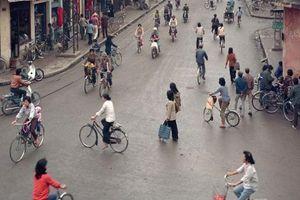 Hình ảnh Hà Nội cách đây vài ba chục năm khiến giới trẻ thích thú vì quá lạ lẫm, đường đông xe đạp, ít xe máy và không có tắc đường