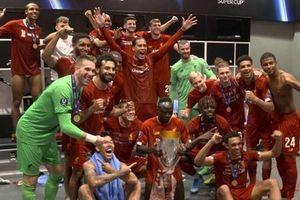 Liverpool ăn mừng danh hiệu Siêu cúp châu Âu trong phòng thay đồ