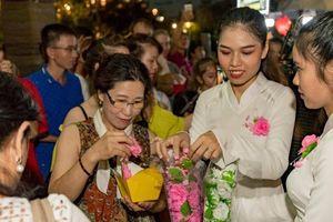 Thả hoa đăng, thắp sáng 7 đài sen lớn mùa lễ Vu Lan ở Hội An
