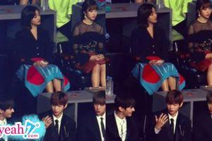 Khổ sở như cách Daniel và Jihyo hẹn hò: Lén nhìn người thương, sử dụng gương để ngắm bạn gái một cách công khai