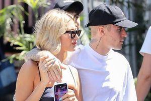 Justin Bieber cắt tóc đẹp trai, tình tứ khoác vai bà xã ra phố mua sắm