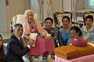 Tưởng mất hút trong quốc lễ, ai ngờ Hoàng quý phi Thái Lan lại ngồi lặng lẽ một góc, hướng mắt nhìn về Quốc vương và 'chính thất'