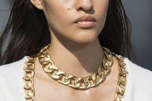 Thời nay, con gái đeo dây xích vàng mới đúng chuẩn sành điệu