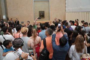 Chen chân chiêm ngưỡng tranh Mona Lisa, nhiều người phẫn nộ