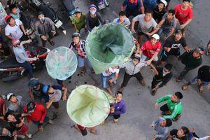 Chen lấn giật 'cô hồn' giữa Sài Gòn: Tiền bay lên nóc nhà, nhiều người ngẩn ngơ
