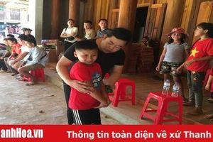 Ca sỹ Quang Lê cùng Hoa hậu quý bà Bùi Thị Hà trao quà cho người dân vùng lũ Quan Sơn