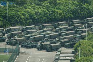 Xe bọc thép và hàng nghìn lính Trung Quốc diễu hành gần Hong Kong
