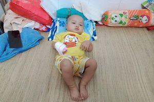 Mắc bệnh từ trong bụng mẹ bé trai khóc thảm thiết