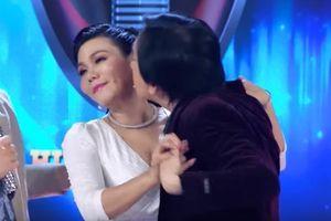 Kim Tử Long 'cưỡng hôn' Ngọc Huyền trên sóng truyền hình