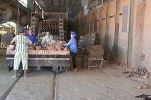 Một phạm nhân bỏ trốn khi đến làm việc tại nhà máy gạch