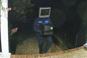 Bí ẩn nhân vật đeo mặt nạ TV lẳng lặng đặt TV cũ trước cửa hơn 50 ngôi nhà rồi bỏ đi không dấu vết