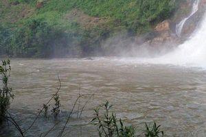 Tiềm kiếm 3 người bị nước cuốn mất tích khi đi tắm thác ở Gia Lai