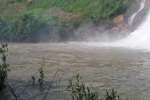 Xót xa 3 thanh niên bị nước cuốn mất tích khi đi tắm thác