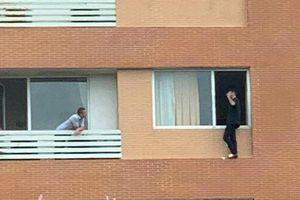 Giải cứu người đàn ông Pháp lơ lửng trên tầng 7 đòi nhảy lầu tự tử